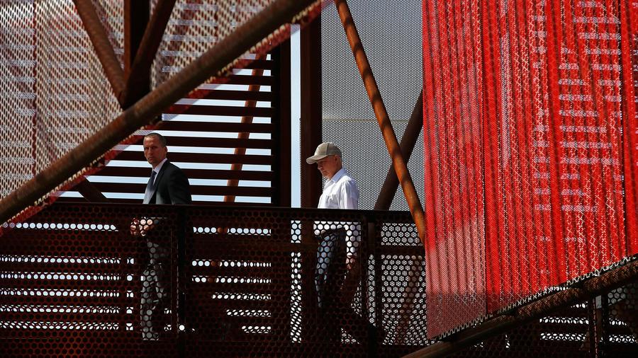 Jeff Sessions, de camisa blanca, durante recorrido por el muro fronterizo el 11 de abril