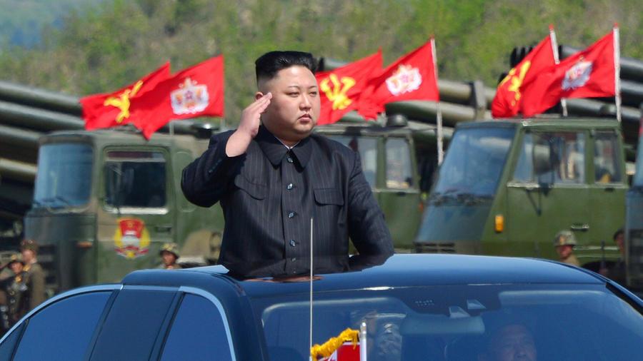 Kim Jong-un durabnte un desfile militar el 26 de abril del 2017