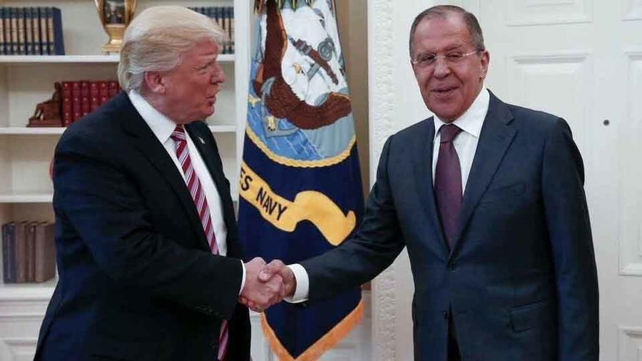 Presidente de EEUU, Donald Trump, saluda al ministro de exterior ruso, Sergey Lavrov