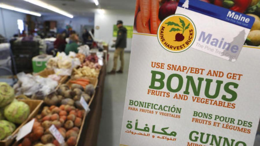 En la foto un cartel que anuncia que pueden usarse cupones de alimentos -food stamps, en un mercado de Topsham, Maine.