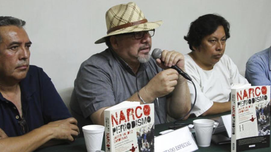 Javier Valdez, en el centro, durante la presentación de su último libro en Acapulco el 22 de marzo de 2017.
