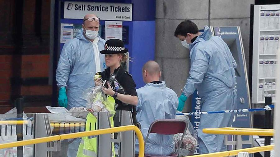 Autoridades investigan en las inmediaciones del estado de Manchester donde se produjo el atentado donde murieron 22 personas