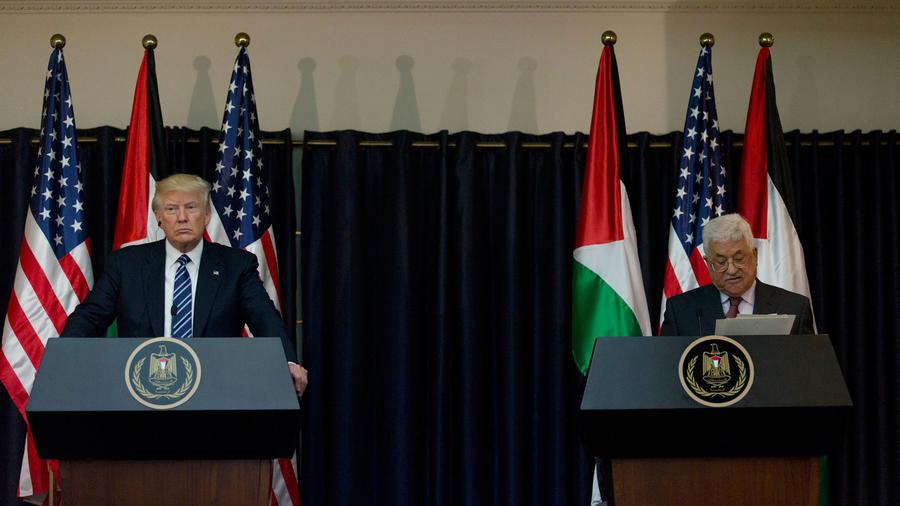 Trump durante una conferencia con el líder palestino Mahmoud Abbas