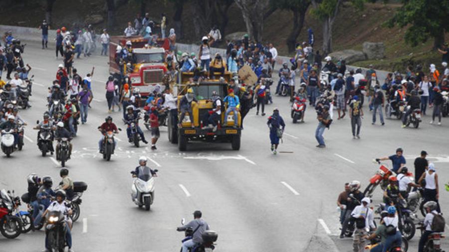 Opositores a Maduro toman las calles rumbo a la sede del Consejo Nacional electoral en Caracas.
