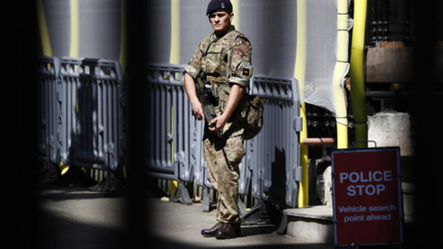 Un soldado en Downing Street, Londres, como muchos de los que estos días vigilan lugares vitales del país tras el atentado de Manchester.
