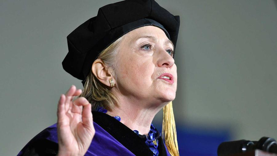 La excandidata presidencial estadounidense Hillary Clinton pronuncia el discurso de graduación en su alma mater, la Universidad Wellesley, el viernes 26 de mayo del 2017, en Wellesley, Massachusetts.