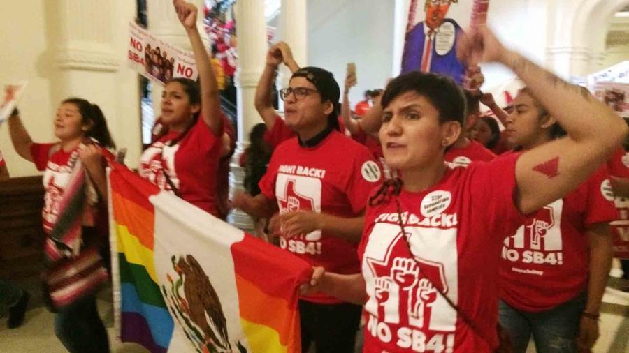 """Protesta en la legislatura de Texas contra la ley """"antisantuario"""""""