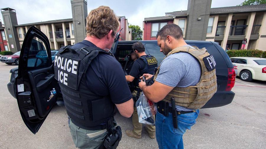 Foto de archivo de agentes de ICE durante el arresto de inmigrantes