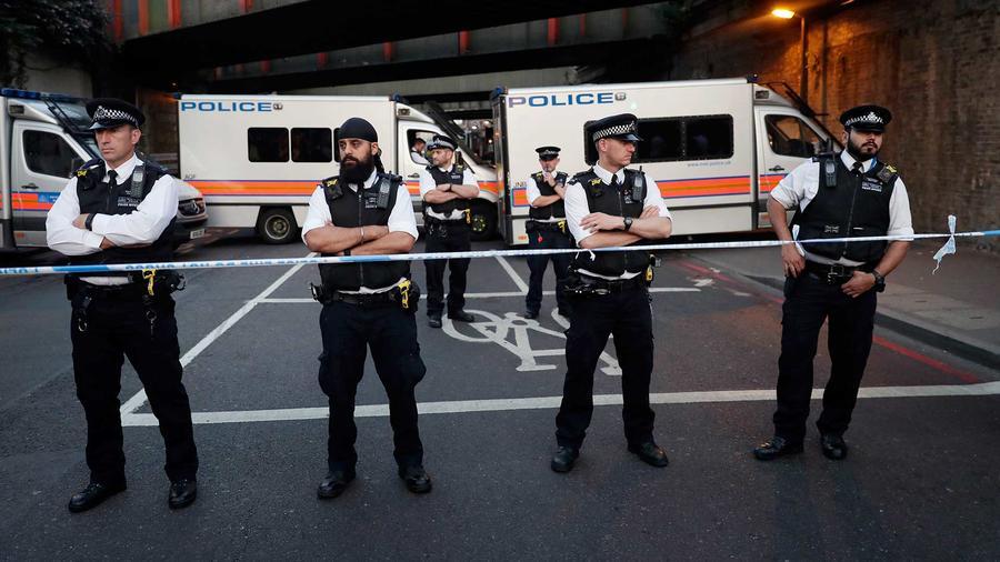 Policías de Londres boquean una calle aledaña al sitio en el que una furgoneta embistió a un grupo de peatones en Finsbury Park el domingo 18 de junio del 2017