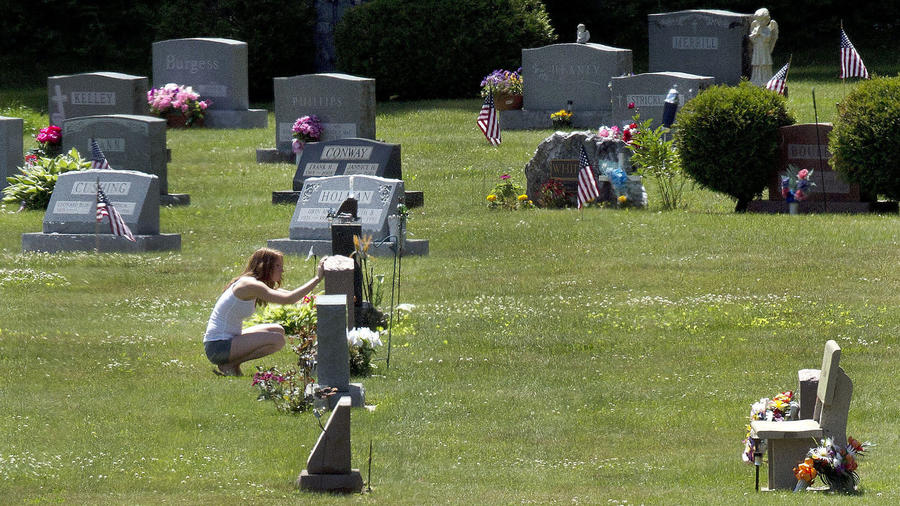 Erika Marble visita en 2016 la tumba en New Hampshire de su novio y padre de dos hijos, que murió por una sobredosis de fenantilo.