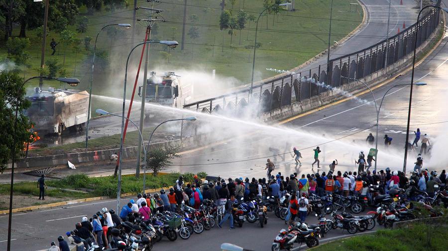 Manifestantes opositores se enfrentan a las fuerzas de seguridad venezolanas en una manifestación contra el gobierno de Maduro.
