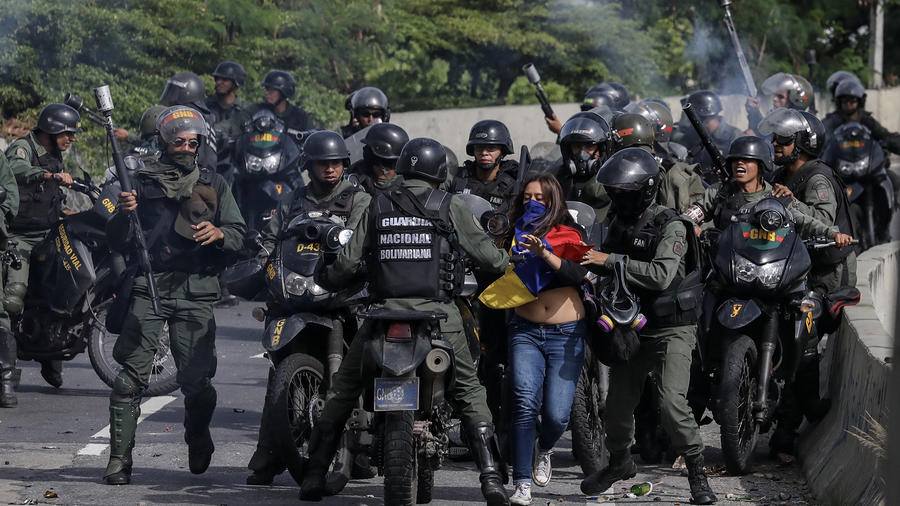 La Guardia Nacional Bolivariana (GNB) se enfrenta a manifestantes durante una protesta hoy, lunes 10 de julio de 2017, en Caracas (Venezuela).