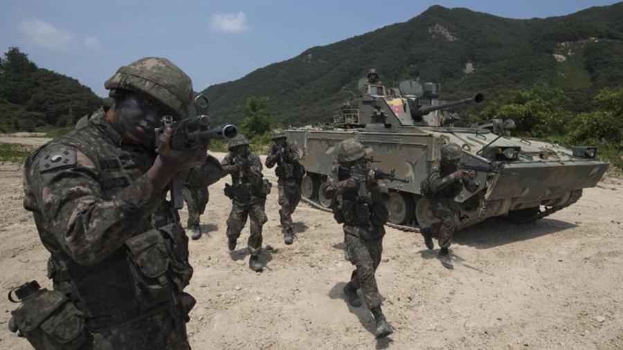 Soldados de la división de infantería mecanizada del Ejército surcoreano participan en un simulacro contra cualquier amenaza por parte de Corea del Norte, en Cherwon, al norte de Seúl (Corea delSur)