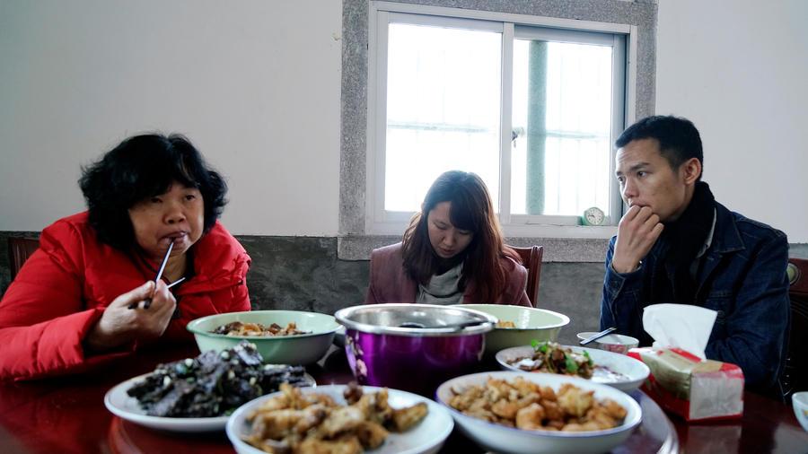 Zhao Yuqing (centro), durante la comida con la familia de Wang Quanming.