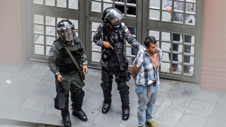 Una persona es detenida por la Guardia Nacional Bolivariana (GNB) en las inmediaciones de la planta televisiva estatal VTV durante el paro general de 24 horas convocado por la oposición el jueves 20 de julio de 2017, en Caracas.