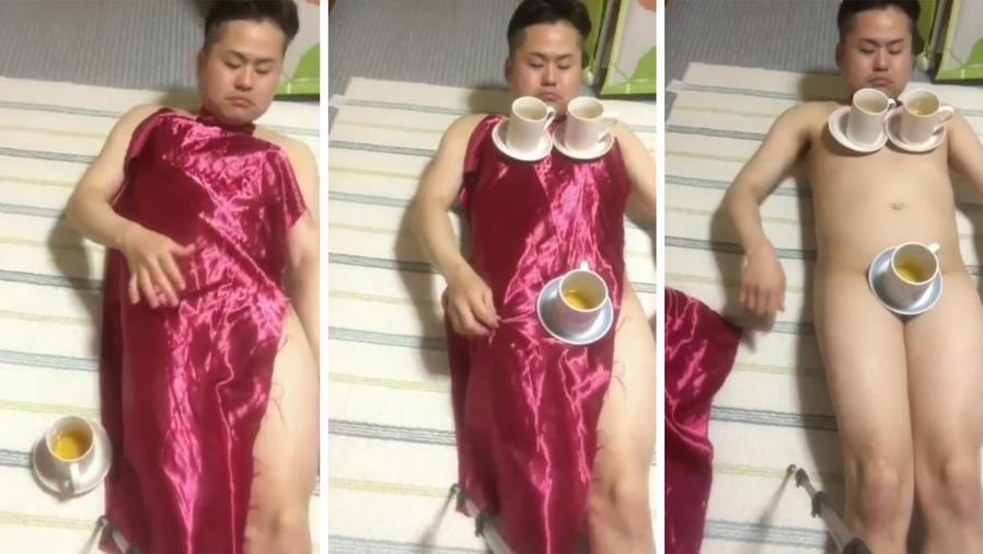 Este chico japonés realiza el truco del mantel sobre su cuerpo desnudo