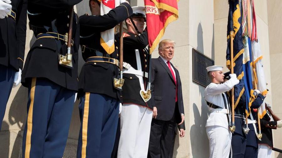 El presidente estadounidense, Donald J. Trump (c), a su llegada al Pentágono en Arlington, Virginia (Estados Unidos) este 20 de julio de 2017.