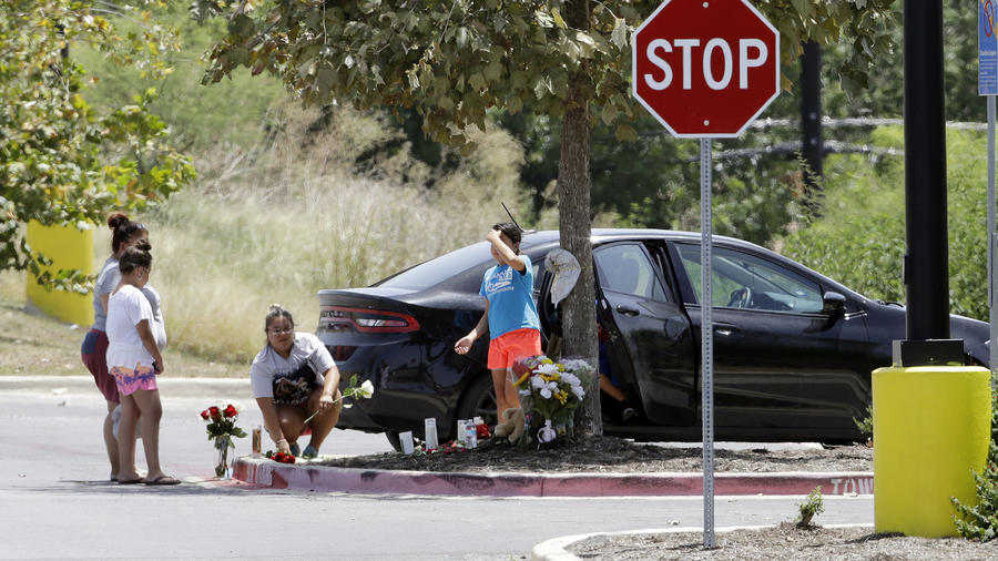 Memorial en el aparcamiento del centro comercial de San Antonio donde aparcó el camión.