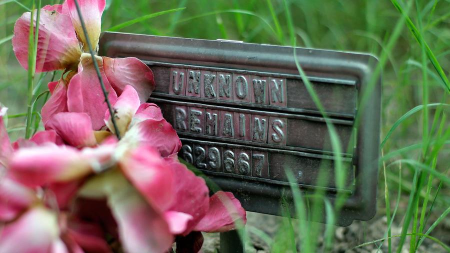 Una placa metálica marca el lugar donde fueron hallados restos humanos en Fanfurrias, condado de Brooks, en 2013