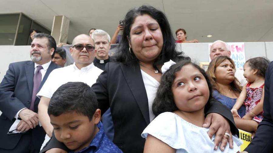 Familiares del pastor detenido en Los Ángeles para su deportación
