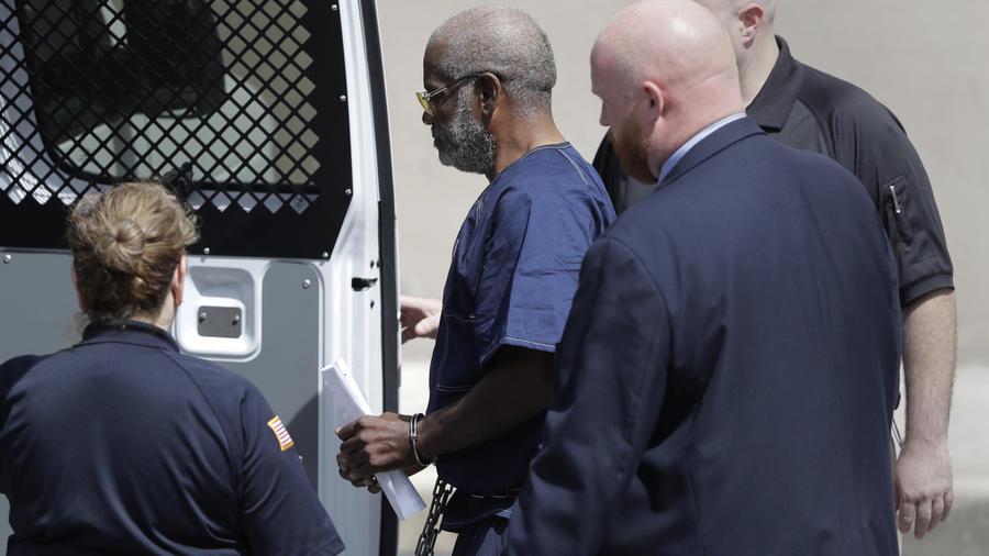 James Mathew Bradley Jr., de 60 años, conductor de un camión de carga con remolque en Texas que transportaba inmigrantes y en el que 10 de ellos fallecieron, es escoltado del juzgado federal luego de una audiencia el lunes 24 de julio de 2017 en San Anton