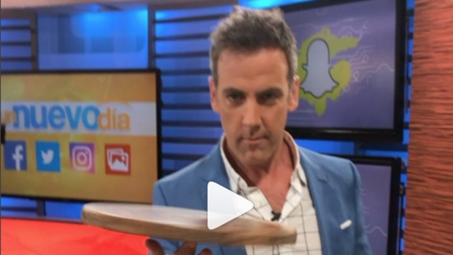 Carlos Ponce simula hacer pizza