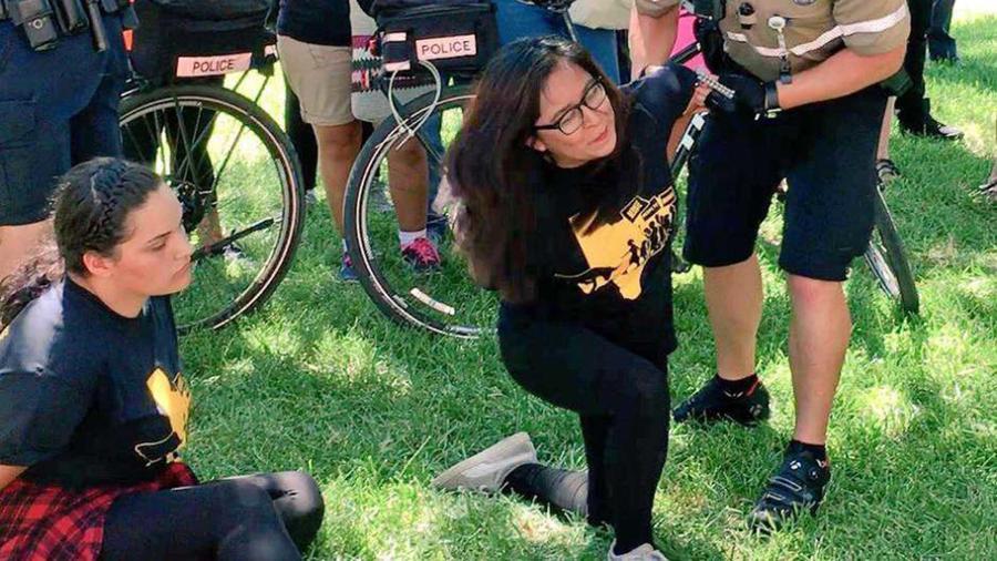Agentes de la policía de ICE arrestan a personas que se manifestaban a favor de los dreamers en Austin, Texas el miércoles 26 de julio del 2017