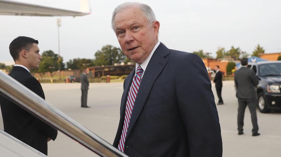 El fiscal general Jeff Sessions aborda un avión en la Base de la Fuerza Aérea Andrews, en Maryland, con destino a El Salvador, el jueves 27 de julio de 2017.