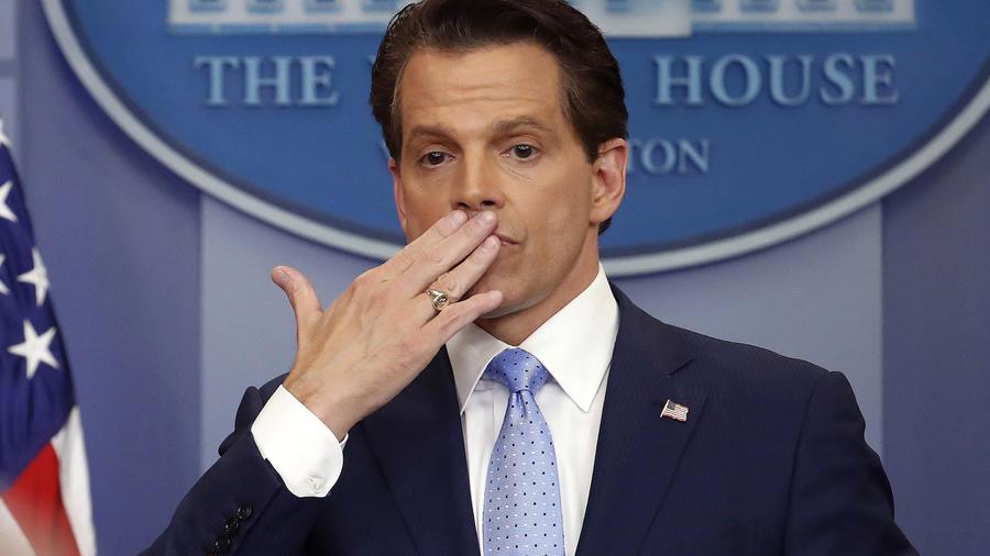 Anthony Scaramucci lanza un beso a los periodistas tras una rueda de prensa.