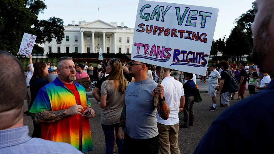 Protesta a favor de la comunidad LGBT en frente de la Casa Blanca el miércoles 26 de julio del 2017, día en que el presidente Trump anunció en Twitter su decisión de prohibir que los transexuales sirvan en las Fuerzas Armadas