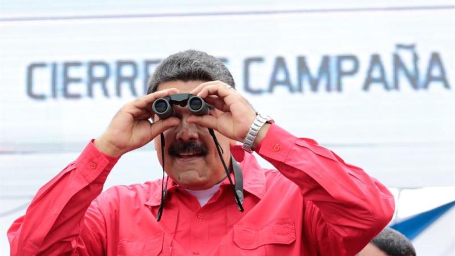 Presidente de Venezuela, Nicolás Maduro, con unos prismáticos