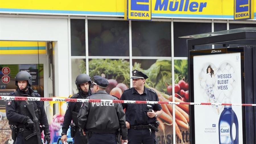 Policía en las inmediaciones de una tienda en Hamburgo cuando un hombre mató a otro con un cuchillo