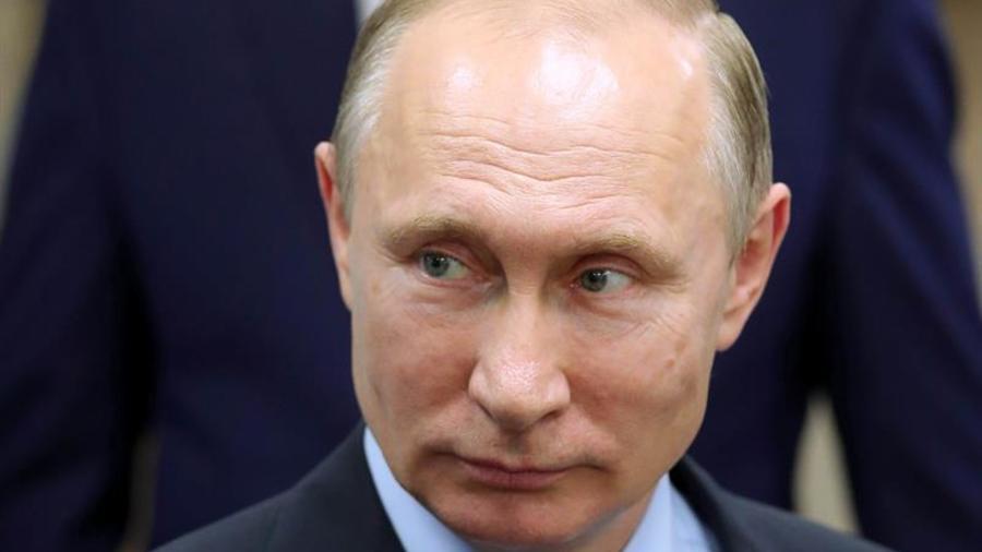 El presidente ruso, Vladímir Putin, asiste a una exposición de proyectos financiados por la Agencia de iniciativas estratégicas y promoción de nuevos proyectos (ASI) en la Universidad estatal de Petrozavodsk, en la República de Careli.