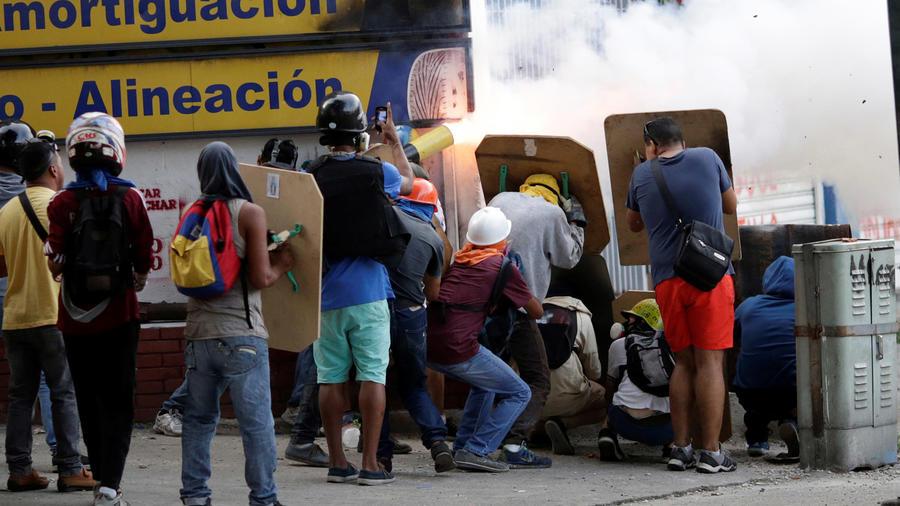 Manifestantes lanzan explosivos durante protestas contra el gobierno de Nicolás Maduro estes jueves 27 de julio de 2017.