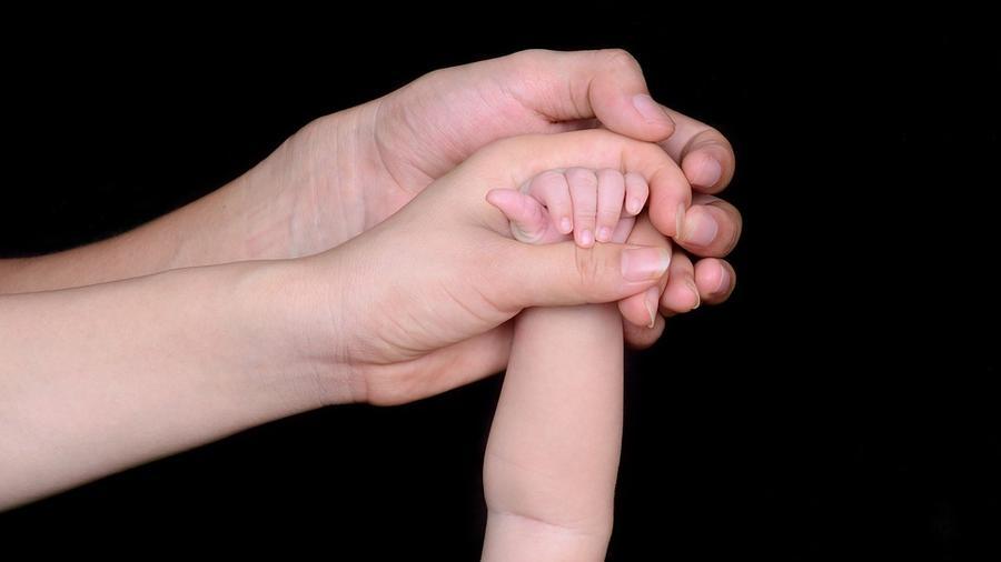 manos padres e hijos