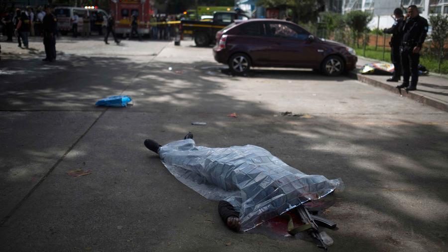 Un guardia de seguridad de hospital atacado por pandilleros yace en el suelo tras ser baleado
