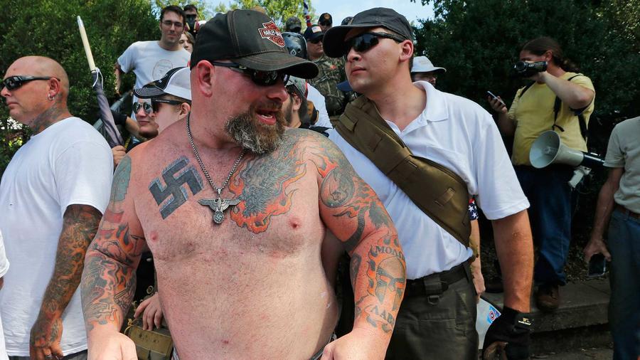 Un hombre blanco supremacista, con un tatuaje con el símbolo nazi, en Charlottsville, Virginia el 12 de agosto del 2017.