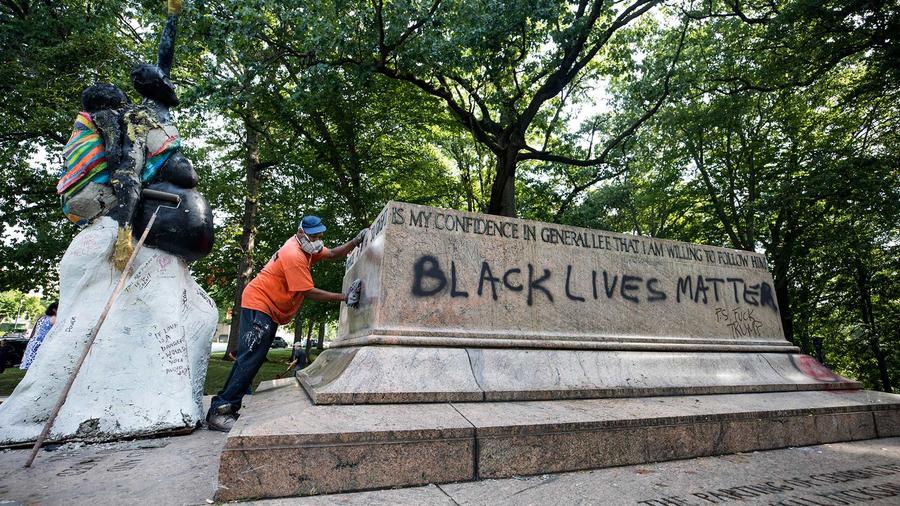Vista de la base donde se encontraba el Monumento de Robert E. Lee y Stonewall Jackson, una de las estatuas que conmemoraba la época de la Confederación después de que unos trabajadores quitaran la estatua durante la noche en el parque Wyman, en Maryland,