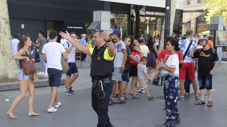 La policía dispersa a la gente en el distrito Las Ramblas de Barcelona, escenario de un ataque terrorista con una camioneta