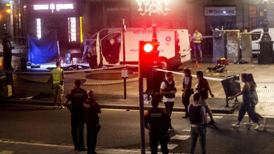 Investigadores junto a la camioneta del ataque en Barcelona.