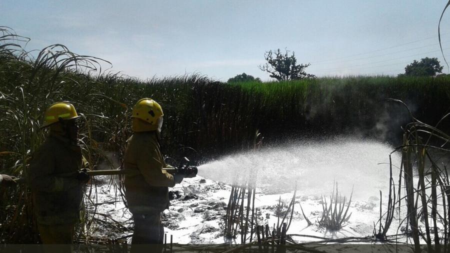 Bomberos apagan fuego en una plataforma de Pemex