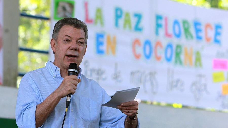 El presidente de Colombia, Juan Manuel Santos, habla durante un acto de presentación de municipios libres de sospecha de minas antipersona el jueves 17 de agosto de 2017, en Cocorná (Colombia).