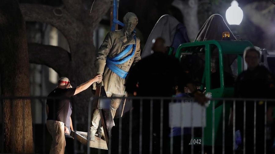 Una estatua del general confederado Robert E. Lee es retirada del campus de la Universidad de Texas, temprano en la mañana del lunes, 21 de agosto de 2017, en Austin, Texas.