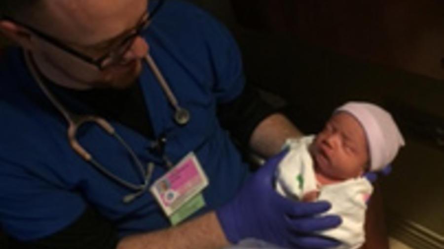 El doctor Christopher Gaule, del Corpus Christi Medical Center, sostiene en brazos al pequeño Harvey Rodríguez.