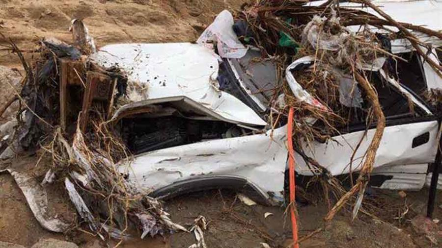 Un vehículo en una zona anegada tras ser sacudida por la tormenta lidia en Baja California, México