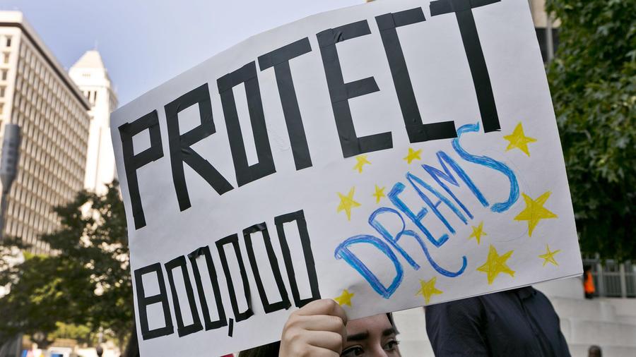 Una estudiante participa en una manifestación de apoyo al programa DACA en las afueras del edificio federal Edward Roybal en el centro de Los Ángeles, el viernes 1 de septiembre de 2017.