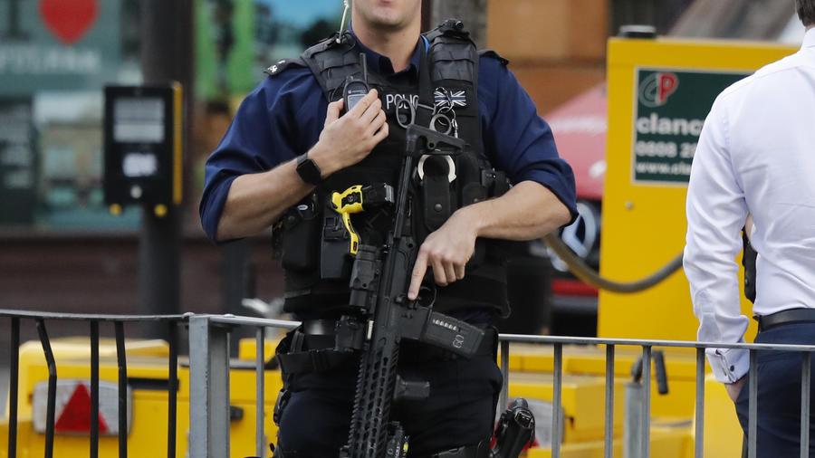 Agente custodia el lugar del atentado en Londres