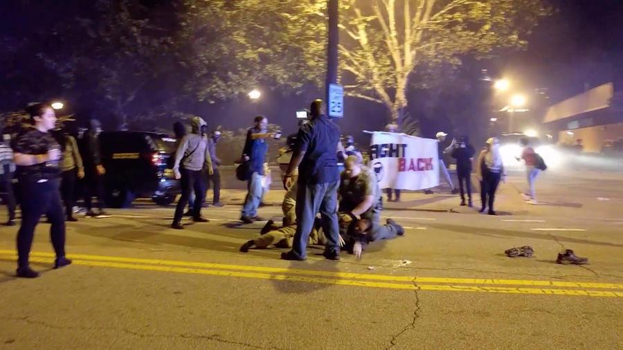 Una persona es arrestada durante los hechos violentos después de la vigilia de un estudiante baleado por un policía en Atlanta