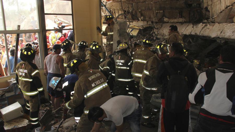 Trabajos de rescate en el colegio Enrique Rebsamen este martes en Ciudad de México.