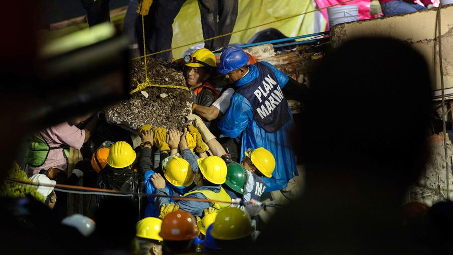 Rescatistas en búsqueda de sobrevivientes en México